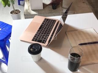 テーブルの上に座っているラップトップコンピュータの写真・画像素材[2502809]