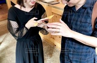 携帯電話を持っている人の写真・画像素材[2502967]