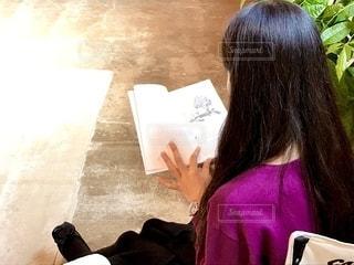 イスに座っている女性の写真・画像素材[2502999]