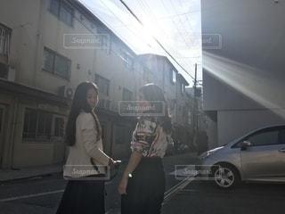 建物の前に立っている女性の写真・画像素材[2503586]