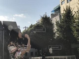 建物の前に立っている人の写真・画像素材[2503598]