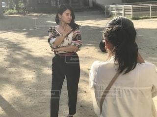 撮影される女性の写真・画像素材[2503616]