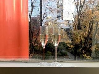窓の前のグラスの写真・画像素材[2804125]