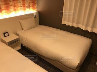 ホテルの部屋にベッドと机が付いたベッドルームの写真・画像素材[3445794]