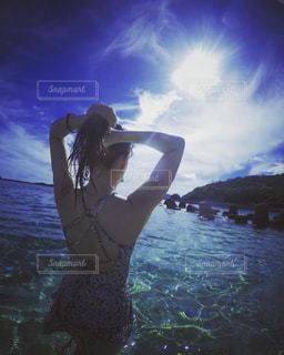 海で立っている女性の写真・画像素材[753992]