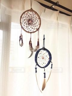 天井からぶら下がっている時計 - No.765476