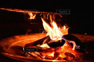 近くに火のオーブンのアップ - No.754686