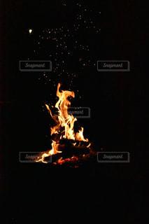 暗い部屋で燃える火の写真・画像素材[754897]