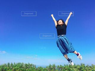 空に向かってジャンプする女性の写真・画像素材[754971]