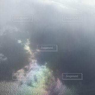 飛行機から見た虹色の海の写真・画像素材[756944]