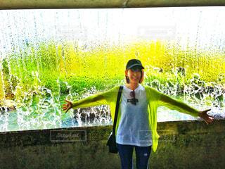 水の窓と女性の写真・画像素材[791180]