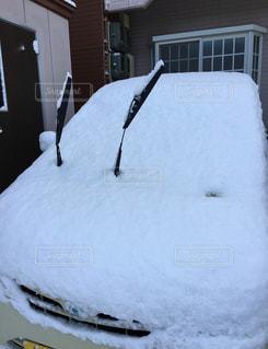 雪に埋もれた車の写真・画像素材[822928]