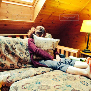 ベッドと女性の写真・画像素材[910977]
