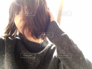 髪を触る女性 - No.993555