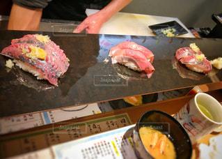カウンターのお寿司の写真・画像素材[1100017]