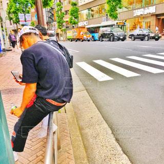 歩道で座る男性 - No.1198130