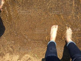 近くに青と赤の靴を履いて足のアップの写真・画像素材[1221561]