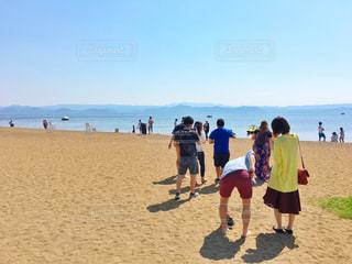 砂浜の上に立つ人々 のグループの写真・画像素材[1221563]