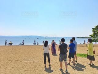 砂浜の上に立つ人々 のグループの写真・画像素材[1221564]