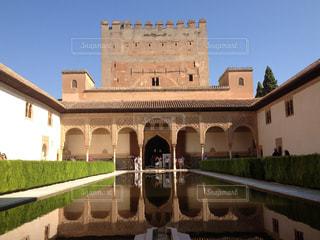 水鏡にうつるアルハンブラ宮殿、中庭にて。の写真・画像素材[755618]