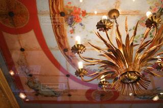 テーブルの上の花の花瓶の写真・画像素材[755720]