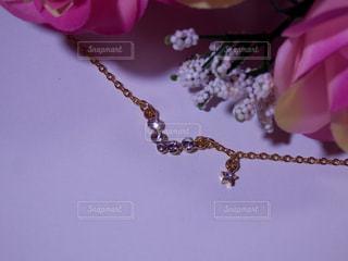 ネックレスと薔薇の花束の写真・画像素材[757580]