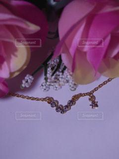 ネックレスと薔薇の花束の写真・画像素材[757606]