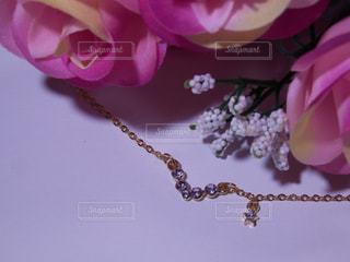 薔薇の花束とネックレスの写真・画像素材[757627]