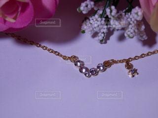 薔薇の花束とネックレスの写真・画像素材[757632]