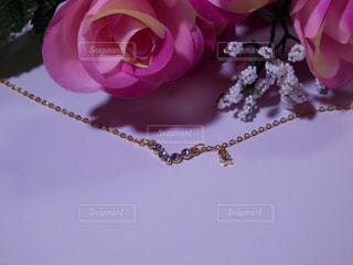 薔薇の花束とネックレスの写真・画像素材[757636]
