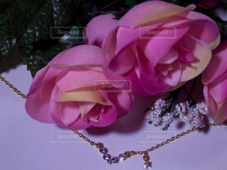 薔薇の花束とネックレスの写真・画像素材[757643]
