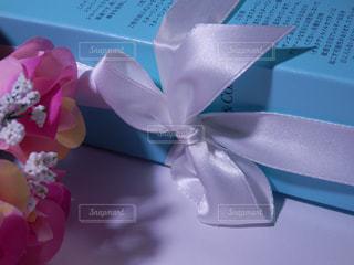 プレゼントと薔薇の花束の写真・画像素材[757765]