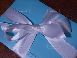 白いリボンのプレゼントの写真・画像素材[757884]