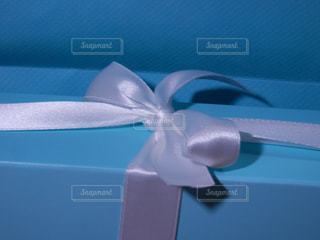 白いリボンのプレゼントの写真・画像素材[757897]