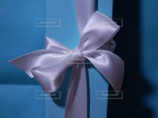 白いリボンのプレゼントの写真・画像素材[757909]