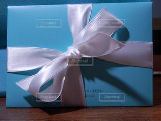 白いリボンのプレゼントの写真・画像素材[757917]