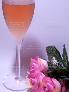 シャンパンと薔薇の花束の写真・画像素材[757946]