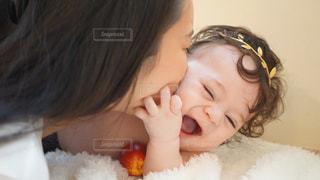 赤ん坊を抱える女性の写真・画像素材[923799]