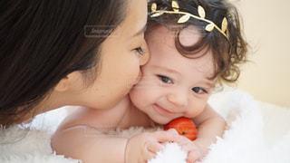 赤ん坊を保持している人の写真・画像素材[923802]