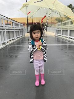 自分の体より大きな傘を持つ小さな女の子の写真・画像素材[796272]