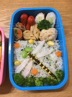 テーブルの上に食べ物の種類の入ったプラスチック容器の写真・画像素材[1585549]