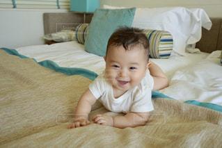 ベッドの上に座っている赤ちゃんの写真・画像素材[913980]