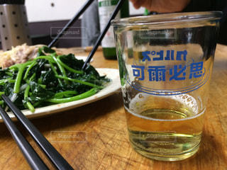 テーブルの上のビールのグラスの写真・画像素材[758248]