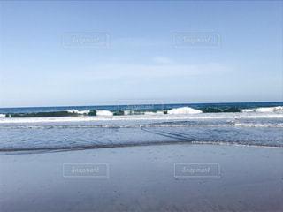 水の体の横にある砂浜のビーチの写真・画像素材[757749]