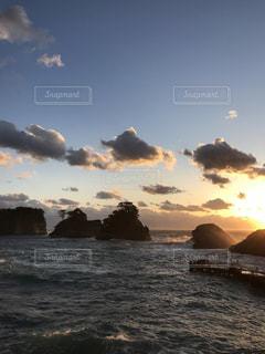 水の体に沈む夕日 - No.1026895