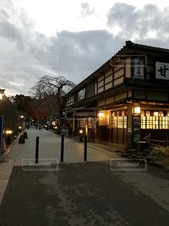 通りの側に時計付きの建物の写真・画像素材[1026907]