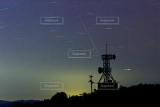 電波塔と流れ星の写真・画像素材[951220]