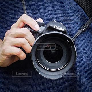 カメラを持っている手 - No.757985