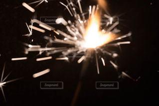 暗闇の中で爆発する花火の写真・画像素材[758008]