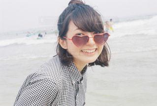 メガネをかけて、カメラで笑顔の女性の写真・画像素材[758048]